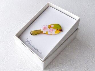 桜とメジロのブローチの画像