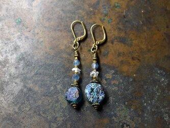銀化ブルーローマングラスとハーキマーダイヤモンド、カイヤナイトのアンシメトリーピアスの画像