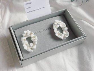 白磁 天草陶花の耳飾り オーバルリースの画像