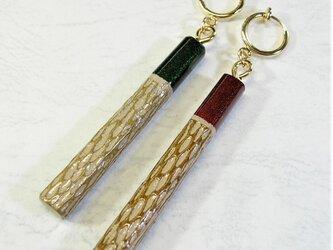 色漆のイヤリング  艶グリーン&レッド・ノミ目の画像