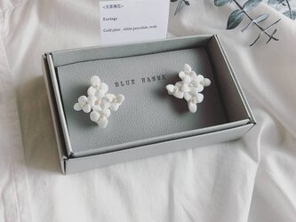 白磁 天草陶花の耳飾り クロスの画像