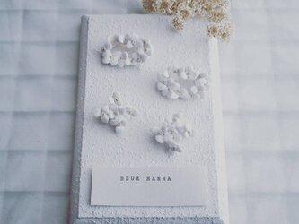 白磁 天草陶花のブローチ リース/クロスの画像