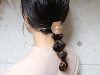 《新色》【美容師が考えたポニーフックレザー 「このは 」】モカベージュシボ/ポニーフック(ヘアフック・ヘアカフ)の画像