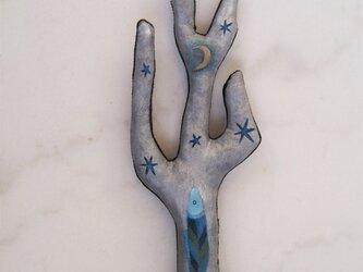 青いさかなの棲む銀色の木の画像