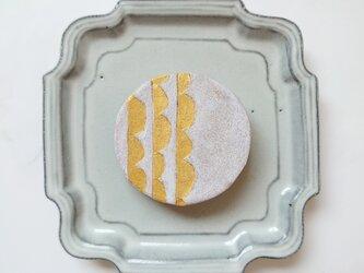 半円6(ホワイト×ゴールド) 陶土ブローチの画像