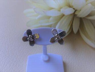 耳たぶにちょこんと乗るシルバーの小さなお花のピアス の画像