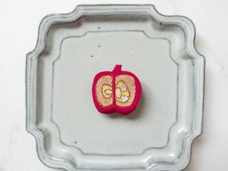りんご6(ピンクレッド) 陶土ブローチの画像
