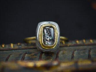レインボー・ラティス・サンストーンの指環 -縦のクッション-の画像
