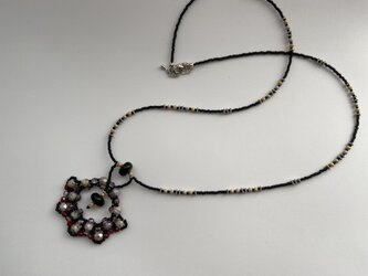 シックなベネチアンブラックガラスとチェコガラスのネックレスの画像
