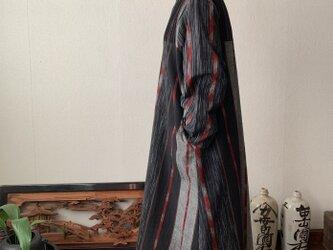 ハイネック、上半身総ピンタック手織り綿長袖ワンピース 高め襟と後ろ上下に走るボタンですっきり着こなし 黒グレイ絣赤ラインの画像