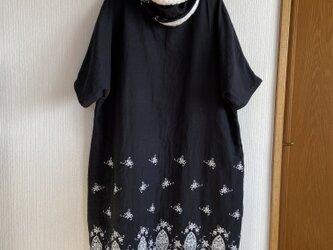 スカラップ刺繍ダブルガーゼのドルマンスリーブワンピーススヌード付きの画像