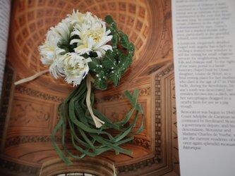 布花 ホワイトダンデライオンとクローバーのコサージュの画像