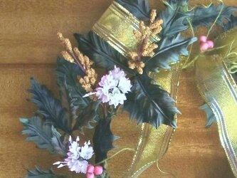 ヒイラギに白い小花とピンクのお豆 * サテン製 * リースの画像