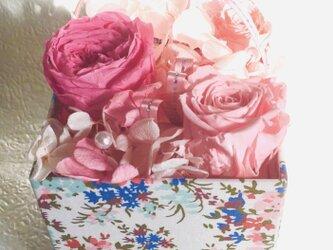 バレンタインデー、母の日のプレゼント、インテリアにピッタリ キュートなプリザーブドフラワーアレンジメントの画像