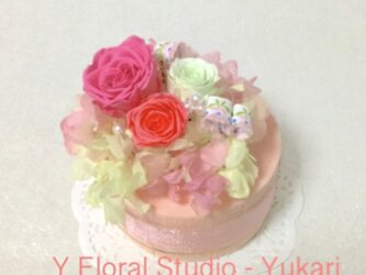 ギフトにピッタリ 可愛いストロベリーピンクのフラワーケーキ プリザーブドフラワーの画像