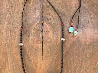 水晶を結んだマクラメ編みネックレスの画像