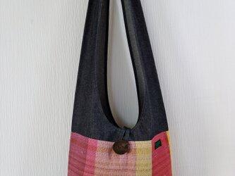 ブラックデニムと手織りのショルダーの画像