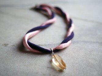 ピンク&パープルの着物とツイスト型クリスタルビーズのネックレス_織り模様色無地・縮緬+チェコガラスの画像