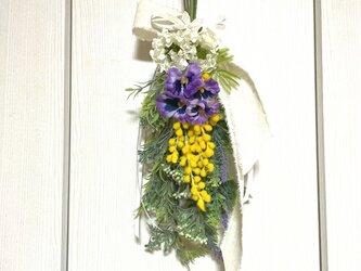 春のお花とミモザのスワッグ アーティフィシャルフラワー パンジー スワッグ 春色 ラベンダー スカビオサ 花雑貨 の画像