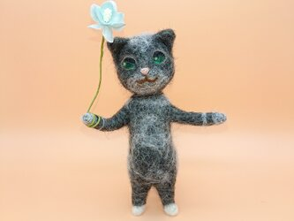 お花を持ったサビ柄猫さん 羊毛フェルトの画像