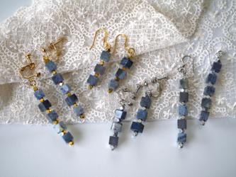 デュモルチェライトの藍色キューブイヤリング/ピアス(ショートタイプ)の画像