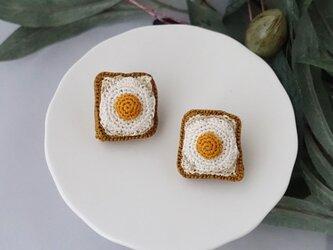 目玉焼きトーストのブローチの画像