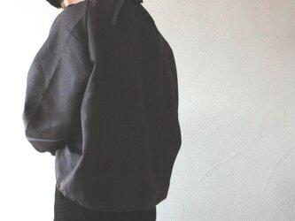 リネン バックリボンのシャーリングプルオーバー チャコールグレーの画像