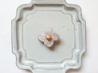 小花16(シルバー、槌目模様) 陶土ブローチの画像