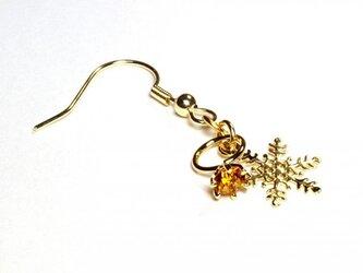 小さなトパーズの指輪と雪の結晶のゴールド・ピアスの画像