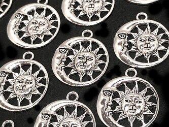 月と太陽のフェイスチャーム 銀古美 10個【宇宙 三日月ピアスパーツ イヤリング素材】の画像