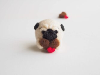 【受注製作】ハートチョコを持つまゆパグ(フォーン・黒) 羊毛フェルトの画像