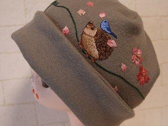 圧縮ウールニット生地で作ったニット帽(ハリネズミさんと青い鳥)の画像