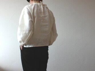リネン バックリボンのシャーリングプルオーバー 白の画像