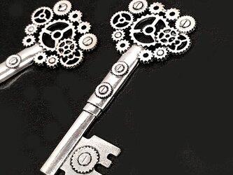 スチームパンクな鍵Lのチャーム 銀古美 3個【歯車 時計パーツ ハンドメイド素材】の画像