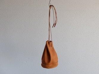 レザー巾着バッグ camelの画像