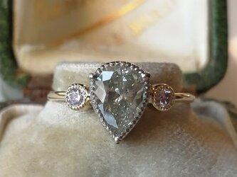 大粒ペアシェイプダイヤモンドリングの画像