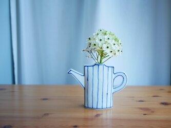 【ご予約品】じょうろみたいな染付の花瓶と取っ手の付いたなみとストライプの花瓶の画像