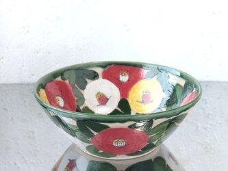 紅白黄色の椿の大鉢の画像