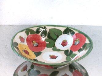紅白黄色の椿の大深皿の画像