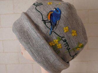 圧縮ウールニット生地で作ったニット帽(ルリビタキと菜の花)の画像