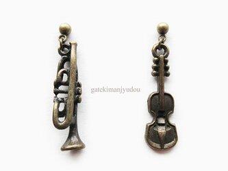 トランペットとバイオリンのピアス【イヤリング等変更可】の画像
