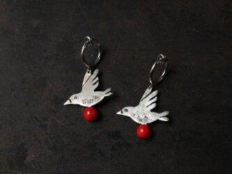 赤珊瑚と鳥のイヤリングの画像