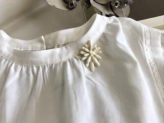 白いお花の陶ブローチの画像
