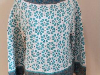 ミントとグレージュの花セーターの画像
