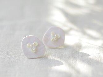 キラリと輝く原石のような カケラピアス ピュアホワイト 【ポリマークレイと刺繍を融合させたアクセサリー】の画像