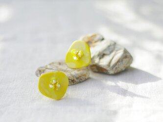 キラリと輝く原石のような カケラピアス イエロー 【ポリマークレイと刺繍を融合させたアクセサリー】の画像