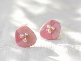 キラリと輝く原石のような カケラピアス ピンク 【ポリマークレイと刺繍を融合させたアクセサリー】の画像