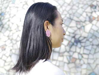 キラリと輝く原石のような カケラピアス02 ピンク 【ポリマークレイと刺繍を融合させたアクセサリー】の画像