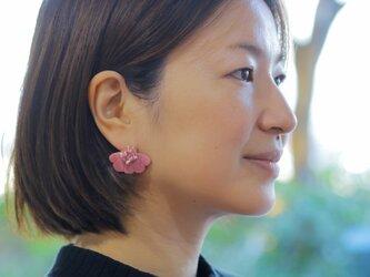 耳元にパッと花咲く 花盛りピアス ピンク 【ポリマークレイと刺繍を融合させたアクセサリー】の画像