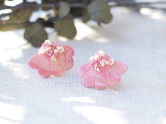耳元にパッと花咲く 花盛りイヤリング ピンク 【ポリマークレイと刺繍を融合させたアクセサリー】の画像